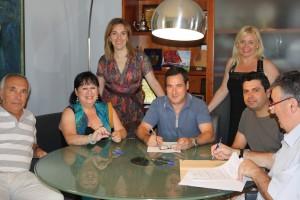 Rafa Ivars amb Alcalde i Regidora durant la signatura del conveni