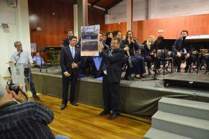 Rafa Ivars, en nom de la SLM de Benissa, oferint un record a la Banda de Marratxí